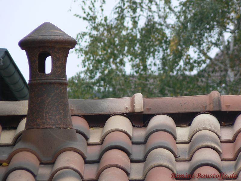 Schöner Lüfterziegel auf einem mediterranem Dach
