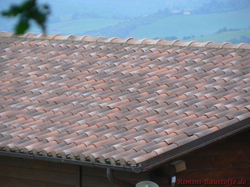 Mehrfarbiges Dach auf einem kleinen Holzhaus