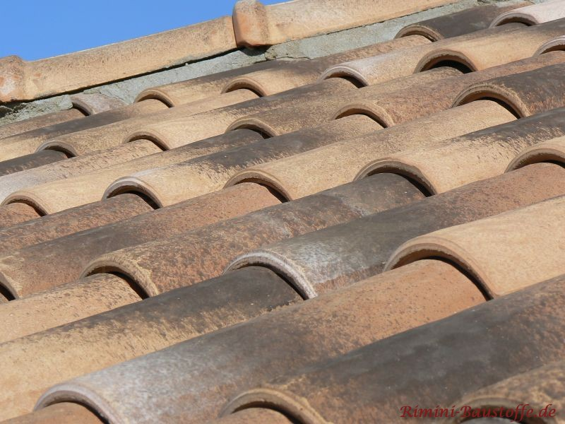 Dachziegel mit großer Welle und gewellter Oberfläche