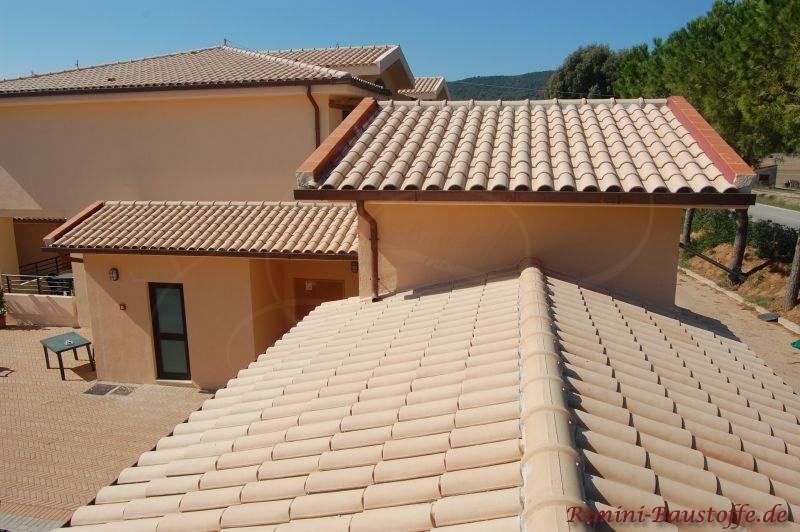 Toskanahaus im Süden mit beigem Dach und Fassade