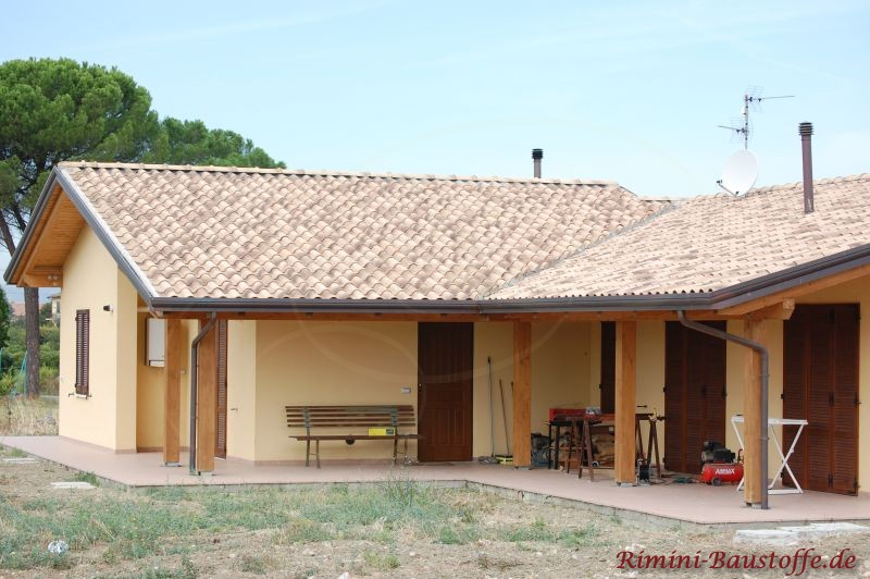 Winkelbungalow mit mehrfarbigen Dachziegeln