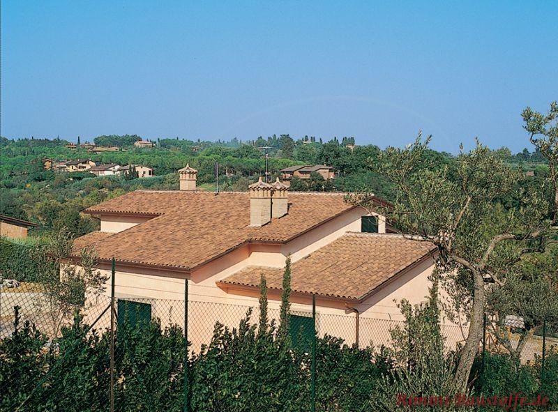 Haus in der Toskana mit heller Fassade und Dach in marron