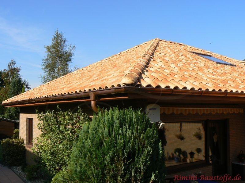Eingeschossiger Bungalow mit Spitzdach. Das Dach ist mit schönen Ziegeln abgedeckt und die Fassade verklinkert