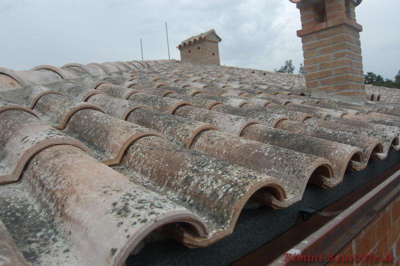 Altes Dach in Nahaufnahme. Es sind auch sehr schöne Schornsteine zu sehen