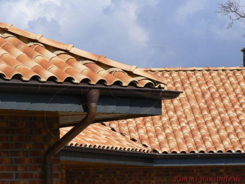 Strohgelbe Dachpfanne wo man die Traufe sehr gut sehen kann. Der Dachüberstand ist in weiß gehalten