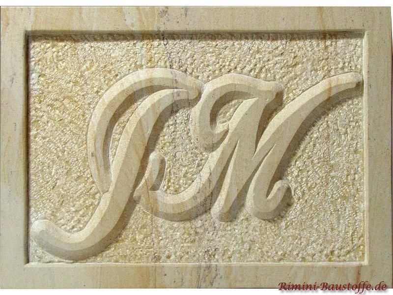 Initialien auf einer Platte aus Sandstein