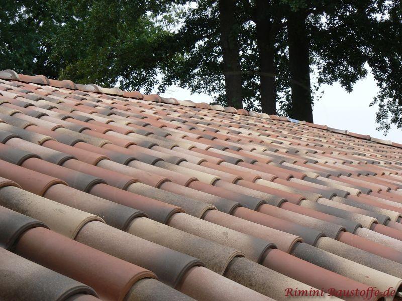 Nahaufnahme einer bunten Dachfläche in der Nähe von Berlin