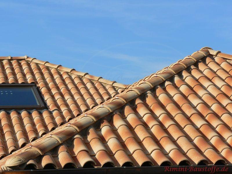 Zwei Walmdächer die mit strohgelben Pfannen abgedeckt wurden. Auch ein Dachfenster ist zu sehen
