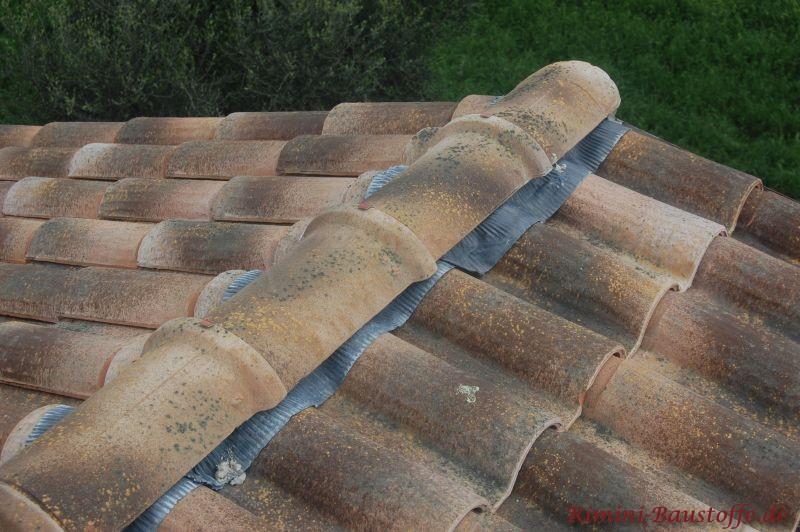 Dach- und Firstziegel die sehr alt aussehen