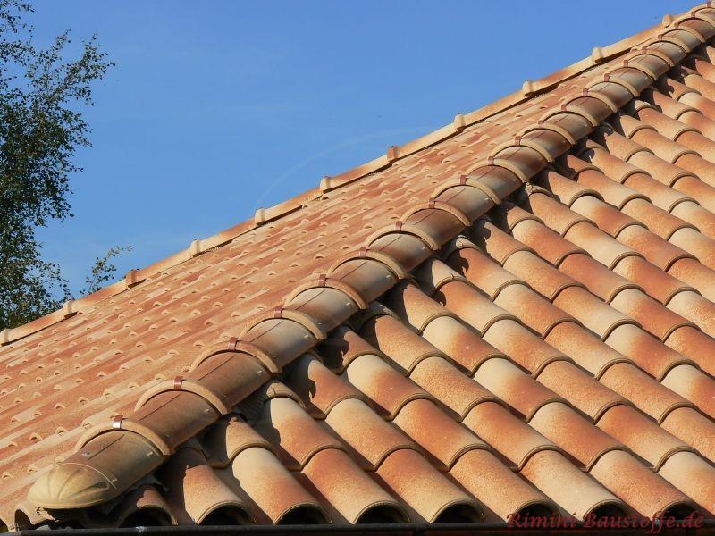 Schräg verlaufende Dachziegel in beiger Farbe