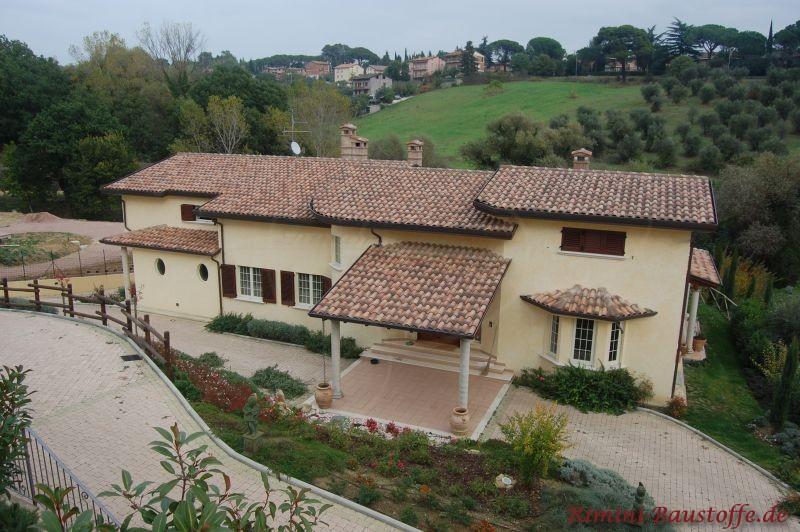 Schöne Toskanavilla mit kleinem Vordach und Erkern