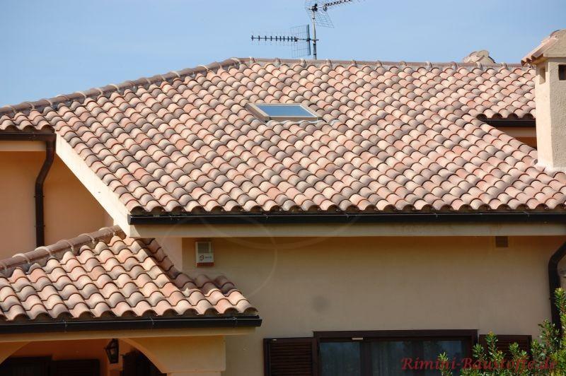 Bunt engobierte Dachsteine aus Ton gebrannt, die auf einem Haus in Italien zum Einsatz kamen