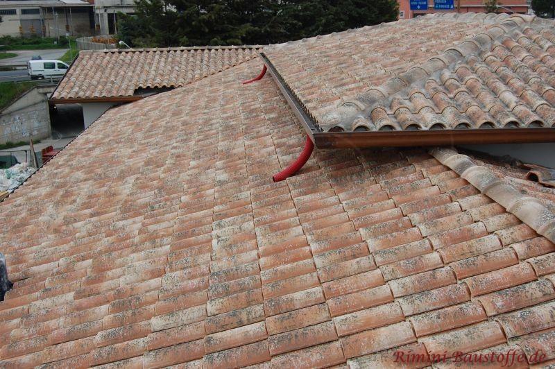 Große Dachfläche die mit einer besonders schönen Tonpfanne abgedeckt worden ist