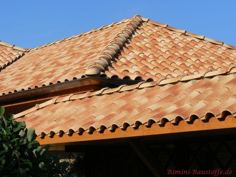 kleine Dachschräge im Vordergrund. Hinten ist ein größeres Walmdach zu sehen. Beide Dächer wurden mit gelben Ziegeln ausgefü