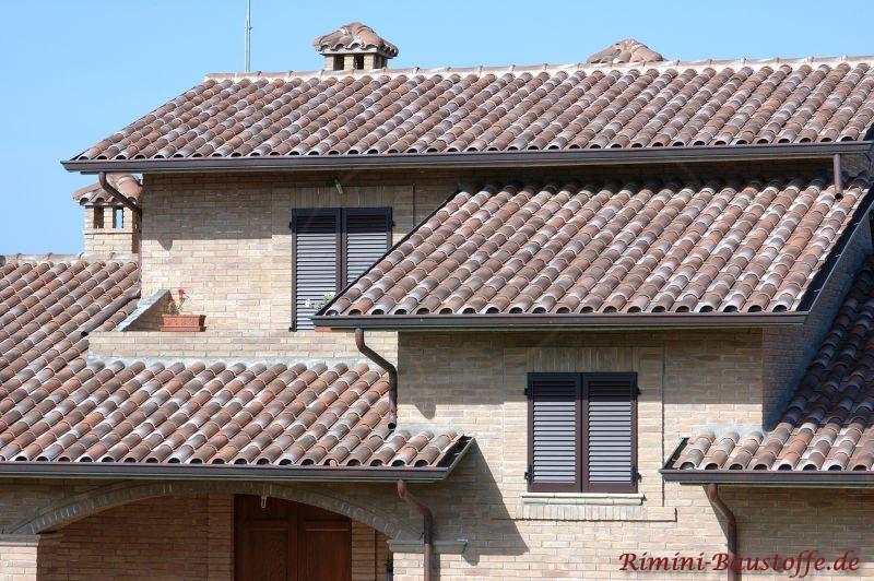 Mehrfamilienhaus im Süden mit verschiedenen Ebenen und buntem Dach