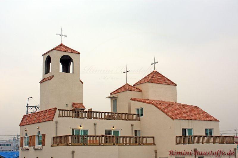 Kirche im Süden Italiens, die im mediterranem Stil erbaut wurde. Auch die Dachziegel sind im herbstlaubfarben gehalten