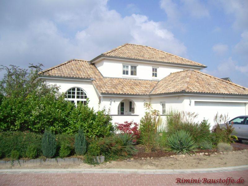 Traumhaus mit hellem Putz und halbrunden Fenstern