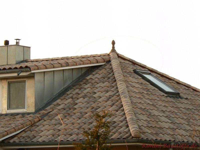 Schönes Walmdach mit Gaube und Dachfenster
