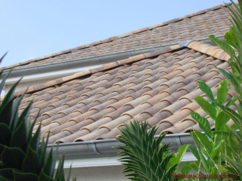 Natürliche Dachziegelfarben auf einem Zeltdach. Gut zu sehen ist auch die Traufe