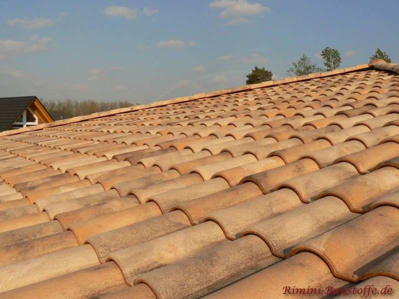 Bunte Dachfläche von Oben geziegt. Man kann eine glatte Oberfläche bei den Ziegeln erkennen