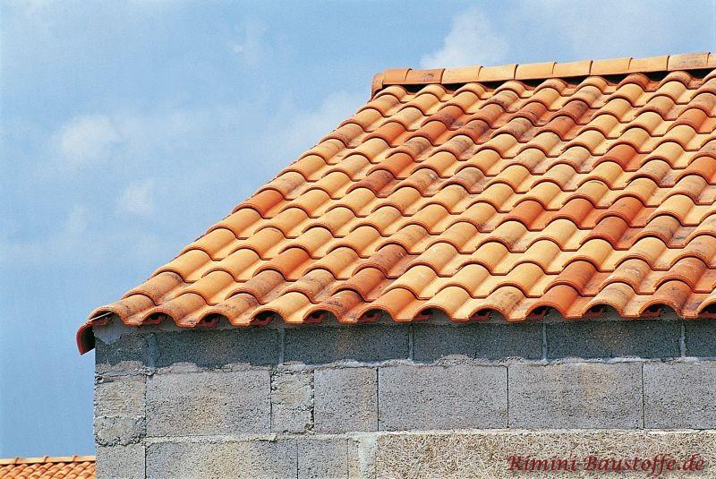 Buntes Dach auf einem Rohbau eingedeckt.
