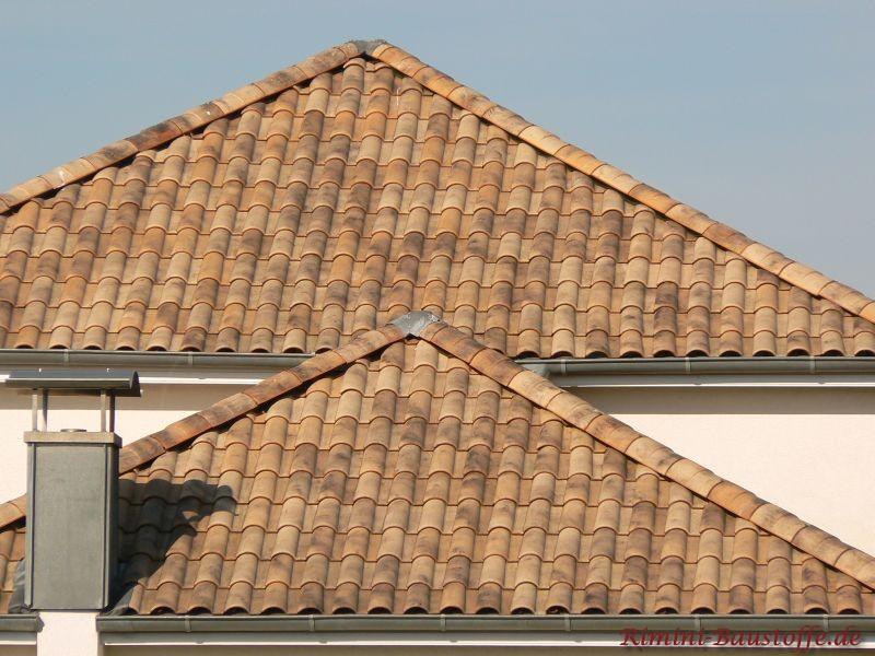 Zwei Zeltdächer in unterschiedlichen Größen mit französischen Dachziegeln