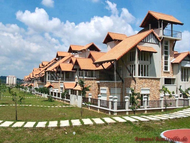 Ferienhäuser im Süden mit hellen Dachziegeln