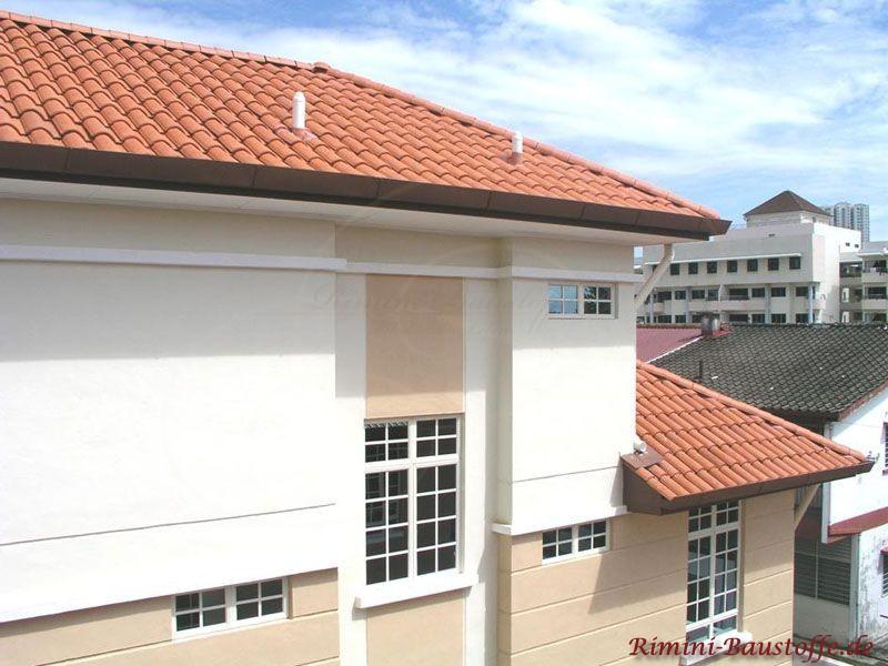 Kräftig rote Dachziegel im romanisch mediterranem Stil mit heller Fassade