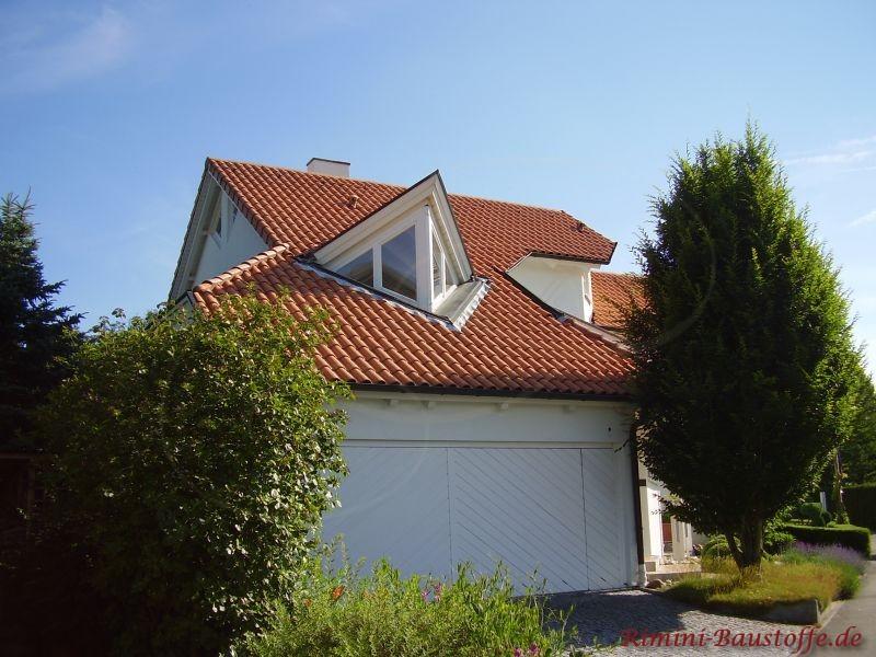 Asymetrische Dachform die mit besonderen Ziegeln abgedeckt worden ist