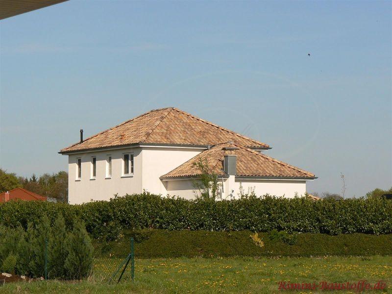 Schönes mediterranes Haus in einiger Entfernung mit schönem Dach