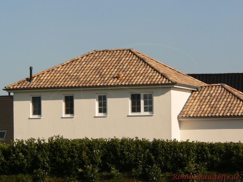 Seitenansicht eines zweigeschossigen Bungalows mit buntem Dach