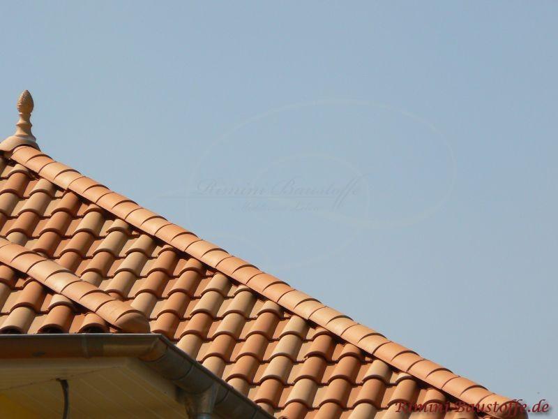 Grate bei mediterranen Dachziegeln. Auch eine Zierspitze ist zu sehen