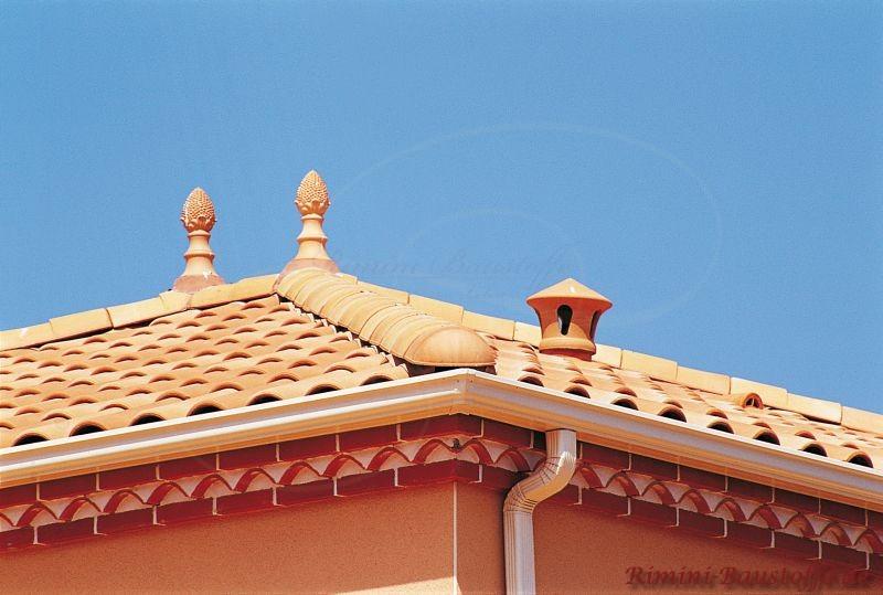 Helles Dach mit verschiedenen Zierelementen