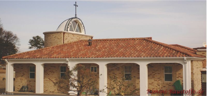 Gotteshaus im süden, dass mit bunten Dachziegeln eingedeckt worden ist