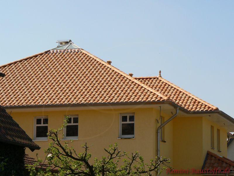 Gemustertes Dach bei einem großen Zeltdach