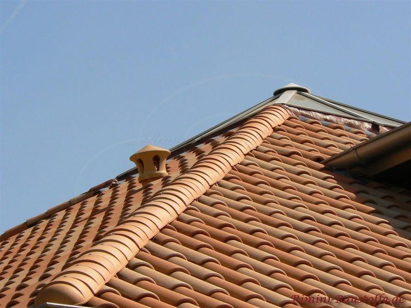 Nahaufnahme Dachziegel in hellen Farben