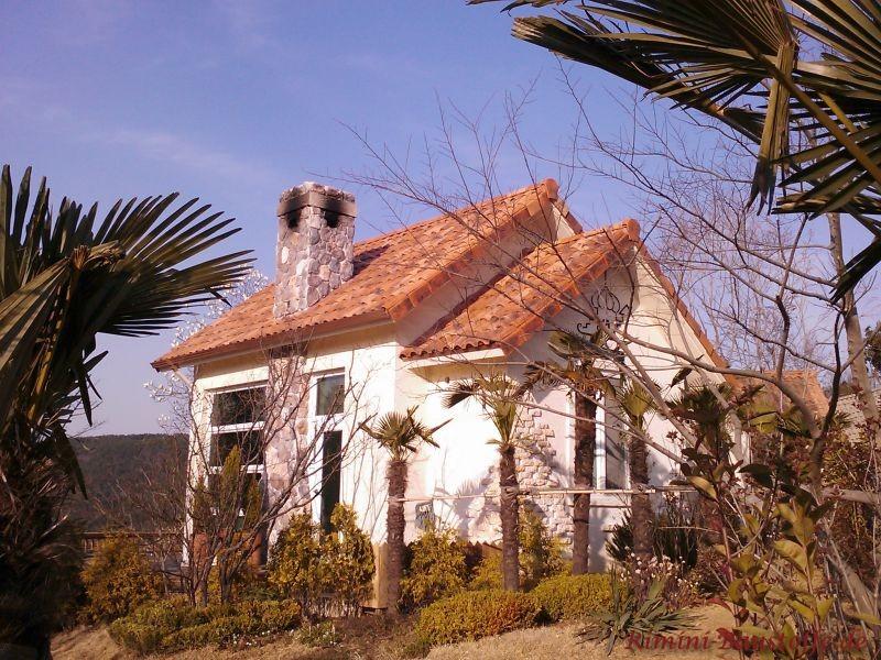 Kleines Haus mit buntem Satteldach