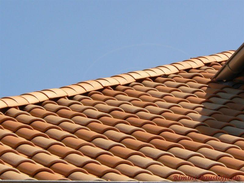 Sehr hoch gewölbte Dachziegel aus dem süden in Mönch Nonne Art