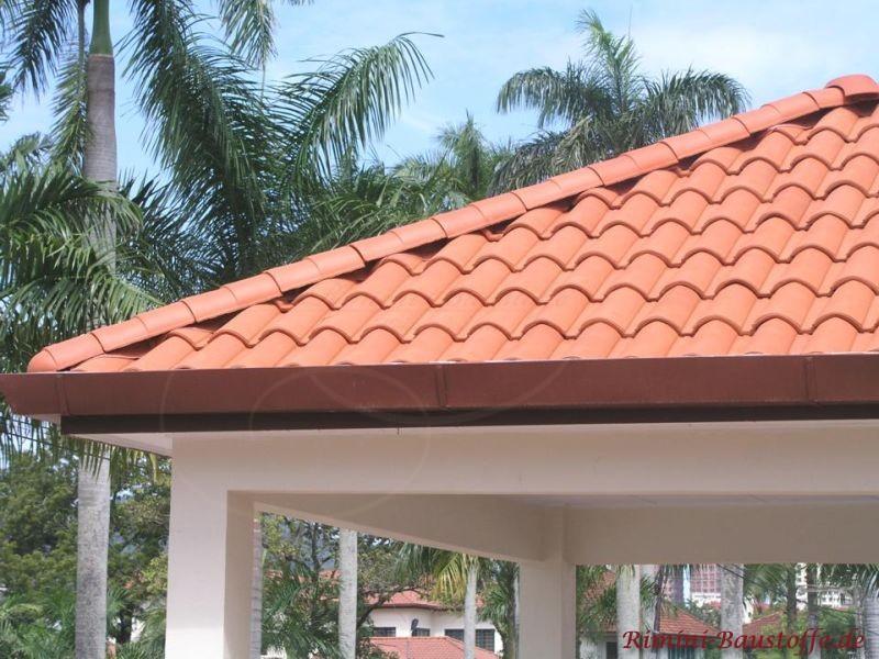 Lachsfarbene Dachziegel im mediterranen Stil