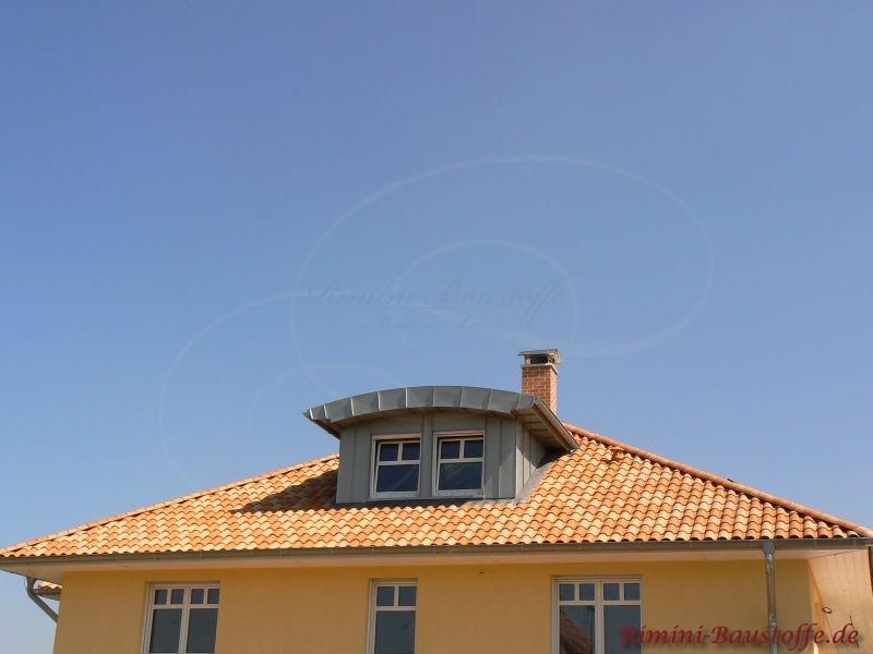 Mediterranes Zeltdach mit Tonnengaube aus Blech