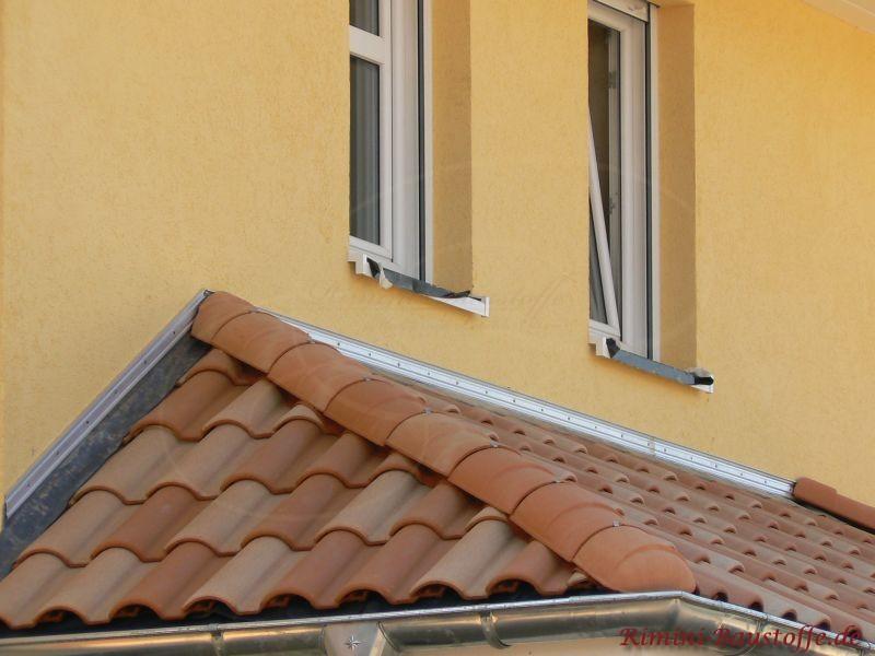 Kleines Vordach bzw. Erker, der mit mediterranen Ziegeln eingedeckt ist
