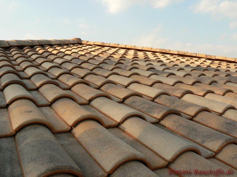 Aufnahme einer schönen Dachfläche in sandfarben von oben