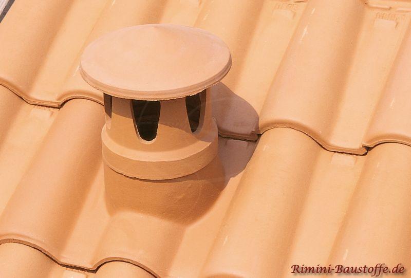 Sanitärlüfter aus Ton bei einem mediterranem Dach mit schräger Dachneigung
