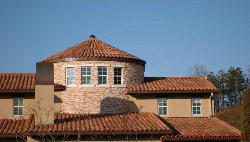 Sehr schönes Haus mit einem rundem Turm, welcher mit bunten Tonziegeln abgedeckt worden ist