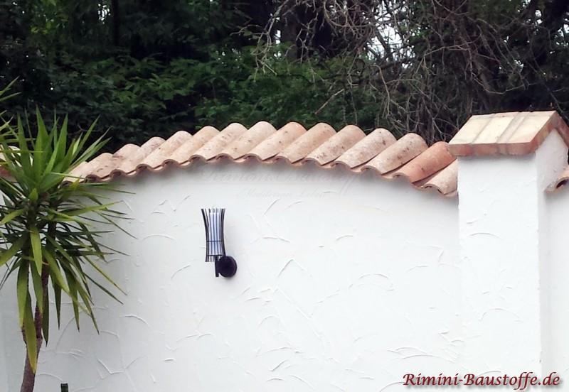 eine Mauerabdeckung mit Moench Nonne Halbschalen aus Ton