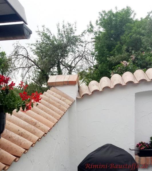 Moench Nonne Halbschalen als Abdeckungen oben auf einer weiss verputzten Mauer