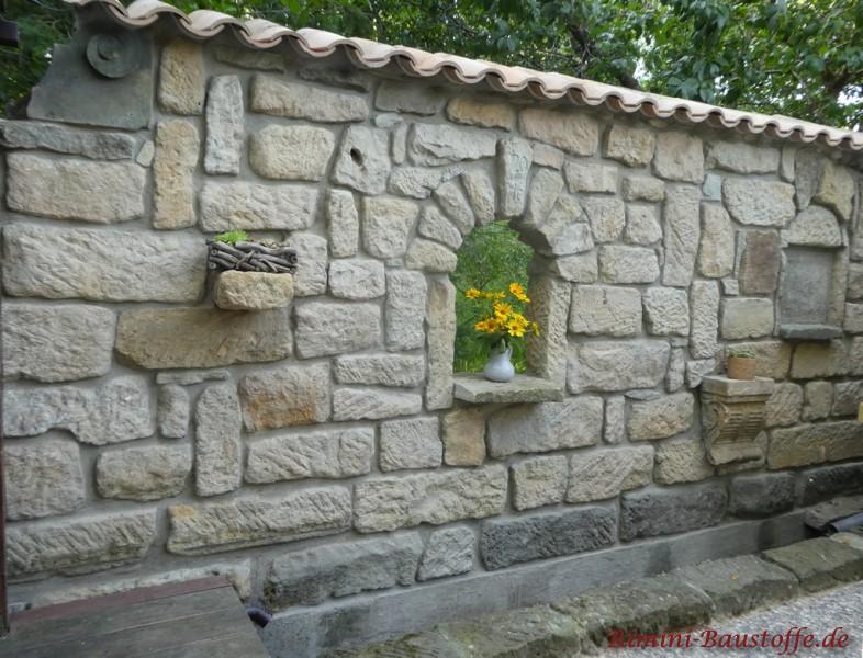 rustikal gestaltete Gartenmauer mit Moench Nonne Halbschalen