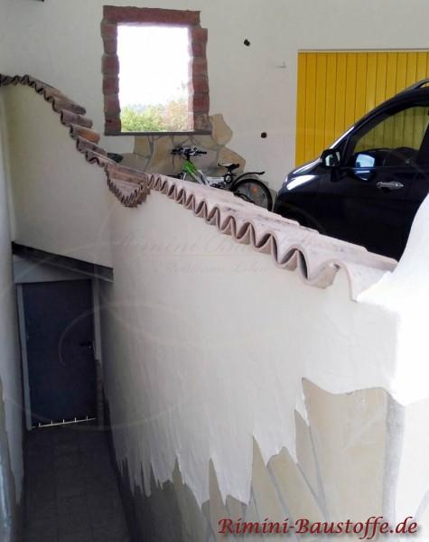 Garagenmauer an einer Treppe mit Halbschalen gedeckt