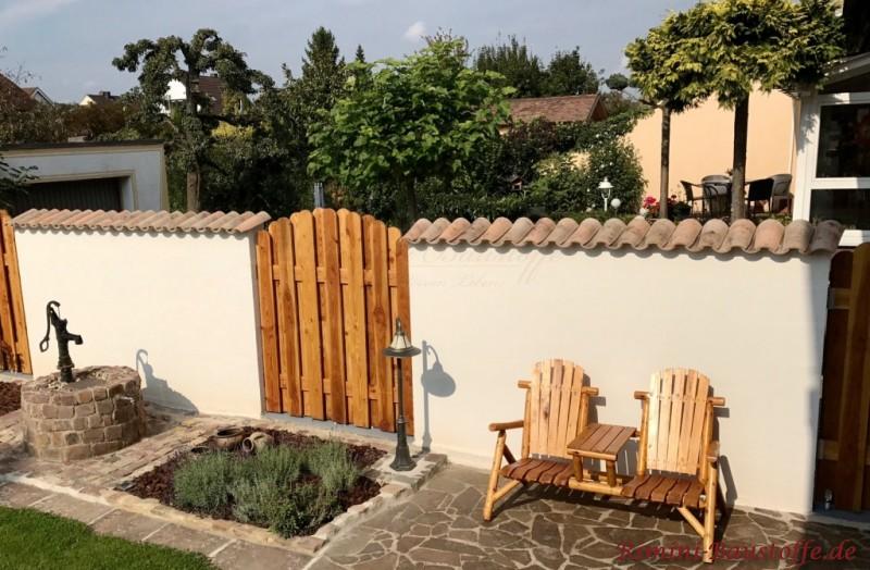 Gartenmauer durch Holztor unterbrochen