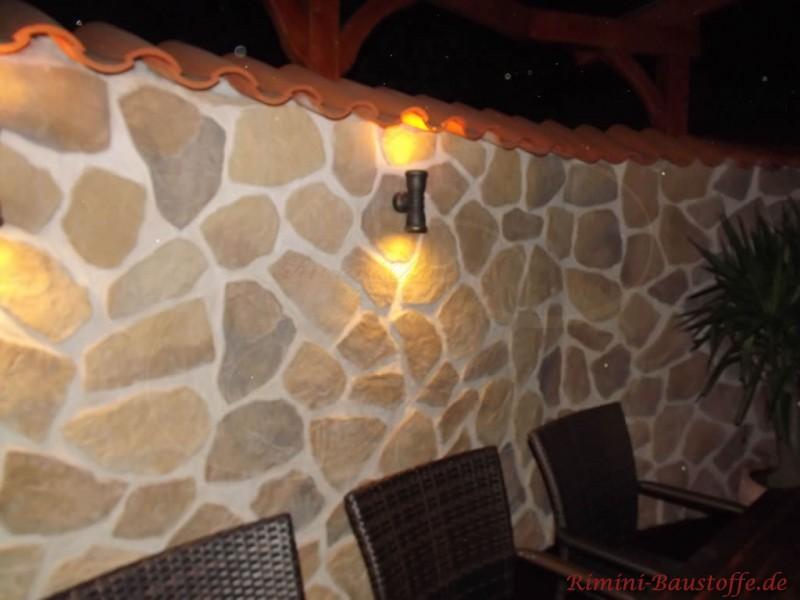 beleuchtete Gartenmauer in Bruchsteinoptik mit schönem mediterranen Flair